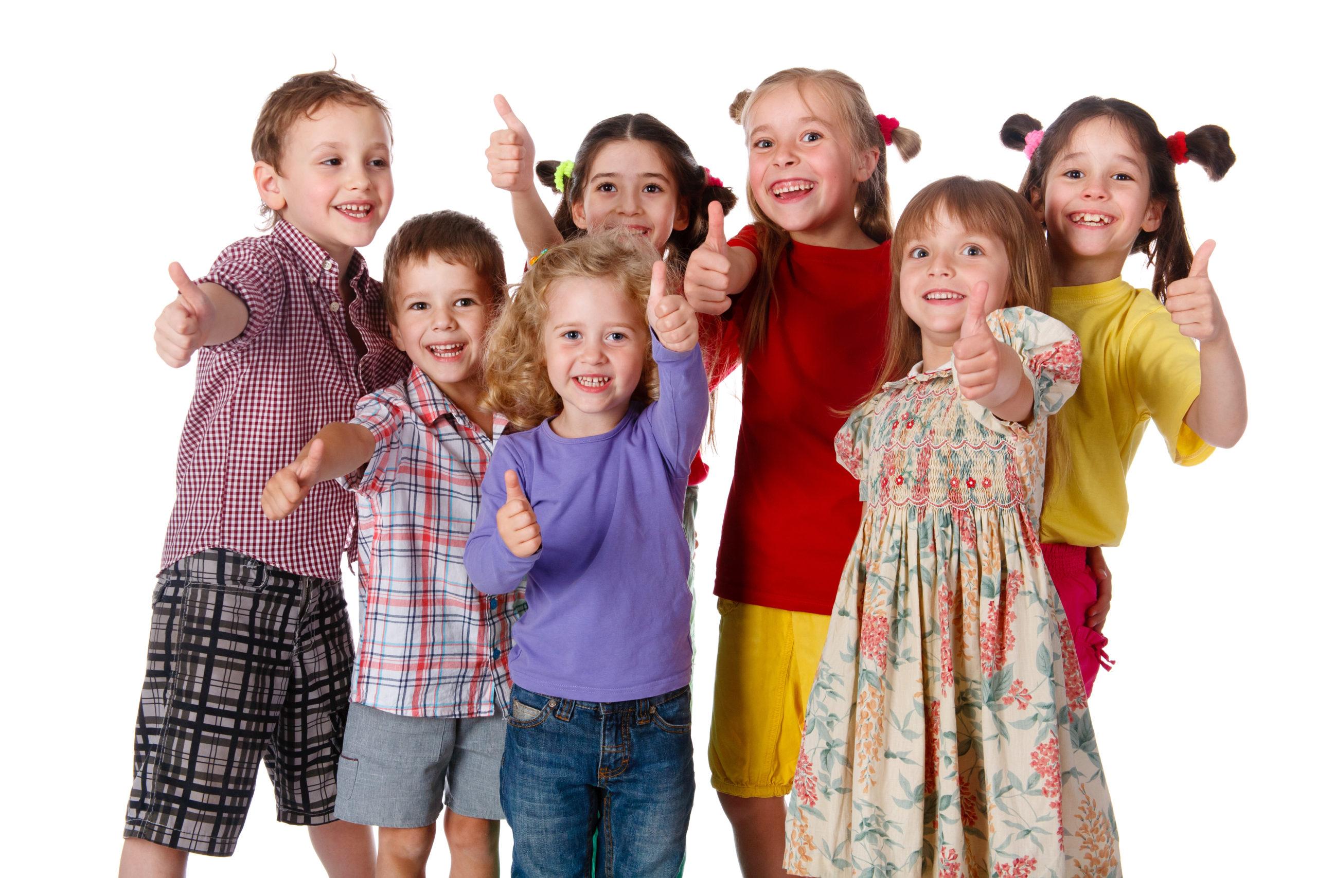 Kinder machen Daumen hoch